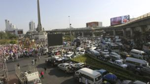 Traffic is forced to a halt at Bangkok's Victory Monument as anti-government protesters block the street on 13 January 2014