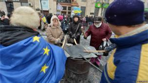 Protesters bang drums in Kiev on 21 January 2014.