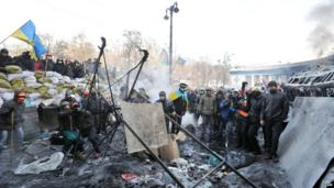 Anti-government protesters use a catapult to fire a stone during clashes with police, Kiev (25 Jan)