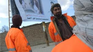 Afghan election - men working on streets