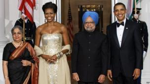President Barack Obama, First Lady Michelle Obama, Indian Prime Minister Manmohan Singh and his wife Gursharan Kaur pose on 24 November 2009