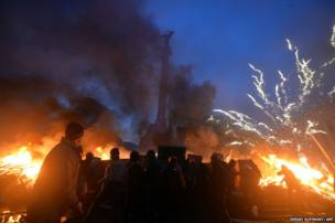 Anti-government protester clash with the police on Independence Square in Kiev early on February 19, 2014.