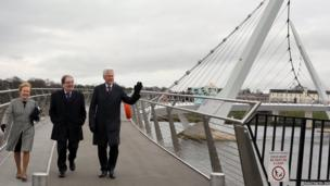 Former US President Bill Clinton crosses Londonderry's Peace Bridge with former SDLP leader John Hume and his wife Pat