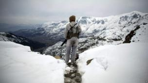 A Pakistani soldier stands atop a mountain as he patrols the Pakistan-Afghan border in Dir province. Photo: 2012