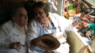 Gabriel Garcia Marquez speaks with his wife Mercedes after their arrival in Aracataca, Colombia May 30, 2007.