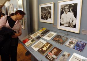 """A woman looks at books and articles on Colombian Nobel Prize-winning writer Gabriel Garcia Marquez during the opening day of """"A Life"""", an exhibition about Marquez's life and his literary works, at the Palace of Fine Arts in Mexico City October 8, 2009."""