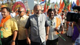 Businessman Vikas Mahante (C), who bears an uncanny resemblance to Bharatiya Janata Party (BJP) prime ministerial frontrunner Narendra Modi, arrives at an election campaign event in Mumbai. Sporting a grey-white beard, glasses and the politician's trademark shirt and waistcoat, Vikas Mahante is now a regular sight on the campaign trail with right-wing candidates in the financial capital who are keen to cash in on Midi's popularity