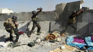 Members of the Iraqi Special Operations Forces take their positions during clashes with Islamist-led militants in the city of Ramadi