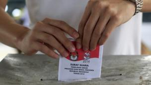 A voter casts his ballot in the presidential election at a polling station in Bali, Indonesia, on Wednesday, 9 July, 2014