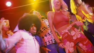 Personas bailando música disco.