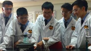 Estudantes de Sidney, na Austrália, trabalham em laboratório