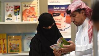 Mujer y hombre saudita