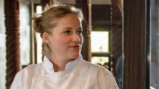 chef habla con un cocinero en medio de una cocina