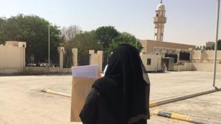 Aziza Al-Yousef delivering petition