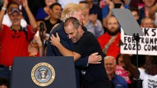 Трамп обнимается со своим сторонником
