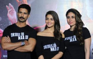 Indian Bollywood actor Shahid Kapoor(L)poses with actresses Alia Bhatt(C)and Kareena Kapoor Khan(R)during the trailer launch of the forthcoming Hindi film Udta Punjab written and directed by Abhishek Ch
