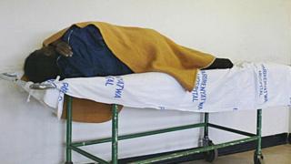 Un patient sur un lit de l'hôpital Parirenyatwa à Harare lors de la grève des médecins le 10 janvier 2007 (archives)
