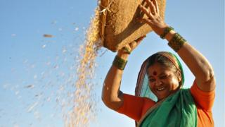 Mujer feliz con su arroz