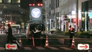 Policías precintaron la zona del nuevo hundimiento en una calle de Fukuoka, en el sudeste de Japón.