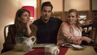 Sharon Horgan, Rob Delaney and Carrie Fisher on the set of Catastrophe