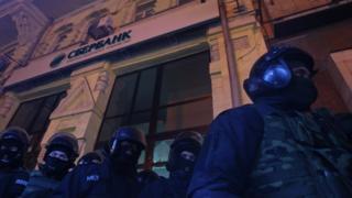 """правоохоронці біля """"Сбєрбанку"""""""