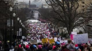 تشير التقديرات إلى أن عدد المحتشدين في مظاهرات واشنطن أكبر من العدد المجتمع لمراسم التنصيب