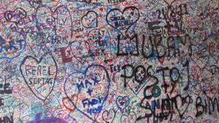 Expresiones de amor en la pared de la casa de Julieta en Verona, Italia