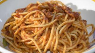 Plato de espaguetis a la amatriciana.