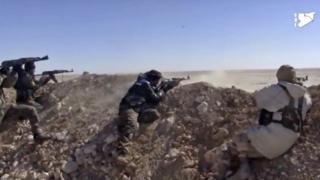 Rakka'nın doğusunda IŞİD'le çatışan SDG güçleri