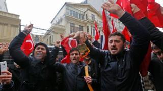 مخالفت دول اروپایی با برگزاری میتینگها حامی دولت آقای اردوغان، روز یکشنبه به تجمعهای اعتراضی در برابر سفارتخانههای این کشورها در ترکیه انجامید