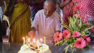 Swami Sivananda, que recorre ao Guinness para validar sua idade, continua forte o bastante para praticar horas de ioga por dia.