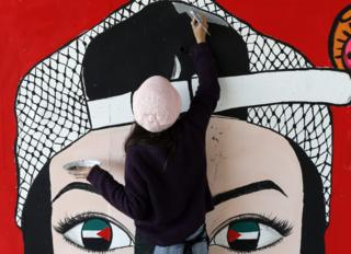 epa05651101 A Tunisian artist paints a pillar in Tunis, Tunisia, 28 November 2016. The International Conference in support of economic, social and sustainable development in Tunisia, TUNISIA 2020, is held on 29 and 30 November. EPA/MOHAMED MESSARA
