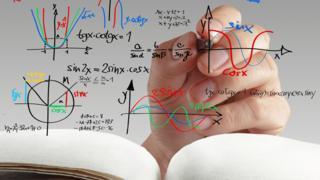 Mano escribiendo fórmulas matemáticas