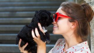Mulher com cãozinho