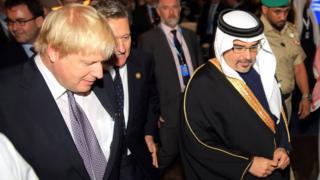 سلمان بن حمد آل خلیفه، ولیعهد بحرین که به استقبال بوریس جانسون رفته است