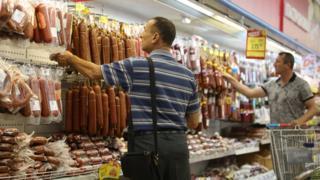 Покупатели в российском магазине