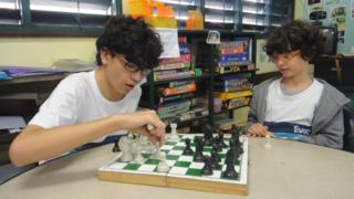 Shaft Novakoski Gutemberg, 13, e Francisco Gomes de Castro, 10, se enfrentam no xadrez