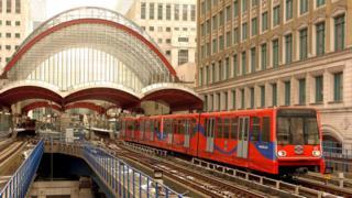 Mayor confirms London transport fares freeze until 2020 - BBC News