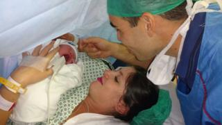 Isabella com o marido Diego e o filho Heitor