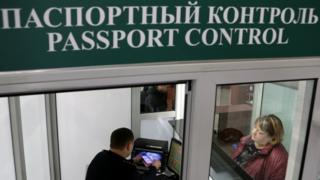 Пограничник проверяет паспорт