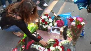 Seguidores del cantautor mexicano se congregaron en Ciudad de México y en Hollywood, California, para recordar al ídolo musical que murió sorpresivamente en EE.UU., el domingo.