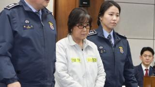Choi Soon-Sil, flanked by security officers, in court, 5 January 2017.