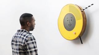 Radio en la pared con un hombre joven enfrente de él