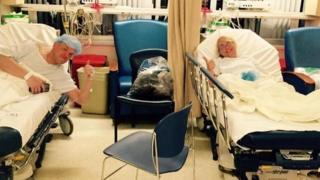 Dempsey y Krueger en el hospital.