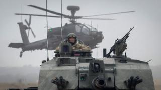 БМП warrior и вертолет