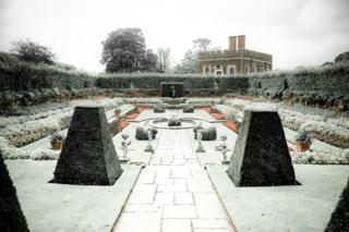 The Pond Gardens - Simon Hadleigh-Sparks / www.igpoty.com