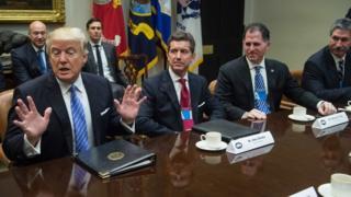 ABD'nin yeni başkanı Donald Trump, 12 iş insanını Beyaz Saray'da ağırladı. Soldan sağa: Trump, Johnson & Johnson CEO'su Alex Gorsky, Dell CEO'su Michael Dell, US Steel CEO'su Mario Longhi.