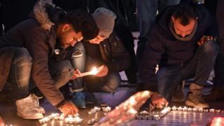 Пометители импровизированного мемориала памяти жертв теракта в Берлине
