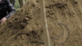 70 жаштан ашкан аялдын сөөгүн жергиликтүү тургундар эки жолу көрдөн казып алышкан