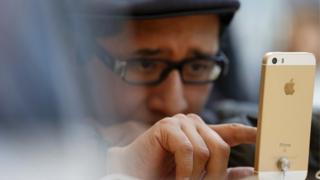 Hombre mirando un iPhone